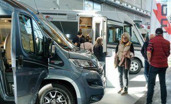 """<p class=""""caption"""">Auf der diesjähigen Messe kann man sich auch über aktuelle Auto- und Caravanmodelle informieren.</p>"""