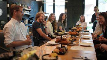Beim Dialogfrühstück geben die Unternehmen speziellen Einblick in ihre Arbeitsweise – Humor kommt dabei zu kurz. Foto: Caritas
