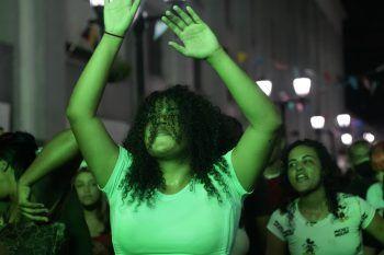<p>Caracas. Befreiend: Eine junge Fraue tanzt auf den Straßen der venezuelanischen Hauptstadt. Die Behörden hatten im Vorfeld die Covid-19-Maßnahmen gelockert.</p>