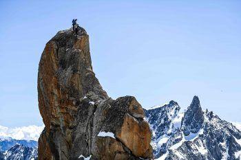 <p>Chamonix-Mont-Blanc. Beeindruckend: Mitglieder der Chamonix-Bergführer-Gesellschaft besteigen anlässlich des 200. Jubiläums der Gemeinschaft einen spektakulären Felsen im Mont Blanc-Gebirge zwischen Frankreich und Italien.</p>
