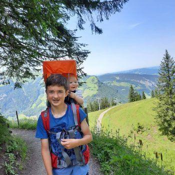 """<p class=""""caption"""">Constantin und Ella-Maria auf dem Weg Richtung Alpe Kanis.</p>"""