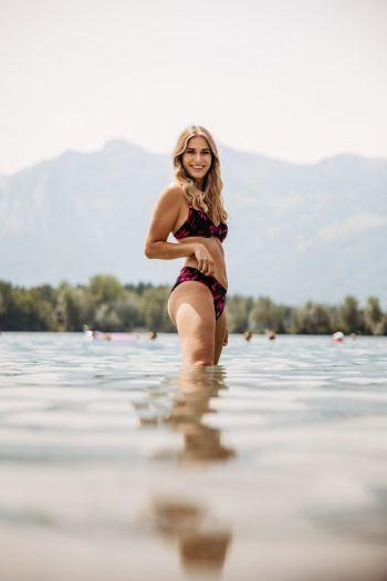 Daria aus Feldkirch macht es vor und ist für unseren Vorderland-Report bereits ins kühle Nass der Baggerlöcher gesprungen. Foto: Sams