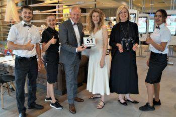 Denis Kirkov, Natasa Stosic, Loek, Barbara und Anette Versluis und Fatma Partak freuen sich auf die Eröffnung.