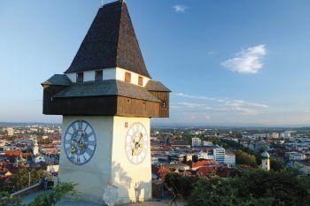 Der Grazer Uhrturm ist 28 Meter hoch. Er steht auf dem Schloßberg und ist das Wahrzeichen von Graz.