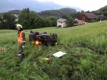 Der Pkw stürzte rund 25 Meter ab und blieb auf dem Dach liegen.Fotos: Feuerwehr Thüringerberg