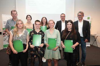Die AbsolventInnen der Fachakademie Medieninformatik/Mediendesign mit Thomas Giselbrecht und Thomas Wachter.
