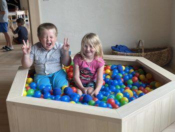 """<p class=""""caption"""">Die Kids haben Spaß.</p>"""