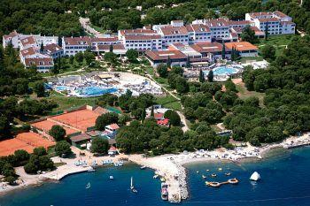 """<p class=""""caption"""">Die weitläufige Clubanlage Valamar Club Tamaris**** ist von einem schönen Park umgeben, in dem sich zwei Pools befinden.</p>"""