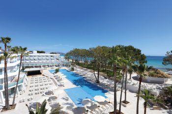 """<p class=""""caption"""">Ein absolutes Best-Seller-Angebot ist auch das Doppelzimmer Basic im Hotel Iberostar Playa de Muro**** zum Bestpreis mit Halbpension für 1657 Euro. (Termin: Eine Woche ab 26. Juli)</p>"""