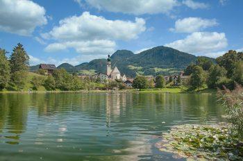 """<p class=""""caption"""">Eine wunderschöne Landschaft erwartet die Reisegäste von Weiss Reisen.</p>"""