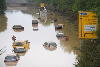 """<p>Erftstadt. Überflutung: Im nordrhein-westfälischen Erftstadt, wo die über die Ufer getretene Erft zahlreiche Häuser unterspült und zum Einsturz gebracht hatte, sprach Bürgermeisterin Carolin Weitzel gestern von einem """"verheerenden"""" Ausmaß. Die Bundeswehr barg auf der völlig überfluteten B256 Autos und suchte nach möglichen Opfern. Fotos: AFP, AP, APA</p>"""