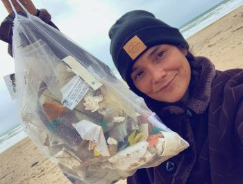Für eine saubere Umwelt: Daniela bei einem Clean-up mit einem vollgefüllten Müllsack.