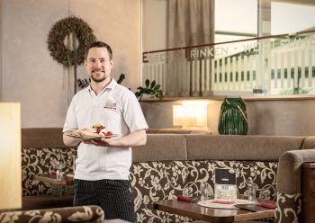 """<p class=""""caption"""">""""Königlich genießen"""": Im Café König wird man mit bunten Süßspeisen und hausgemachten Leckereien verwöhnt.</p>"""