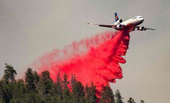 <p>Lakehead. Wasser marsch: Ein Löschflugzeug öffnet seine Schleusen über Waldbränden in Kalifornien.</p>