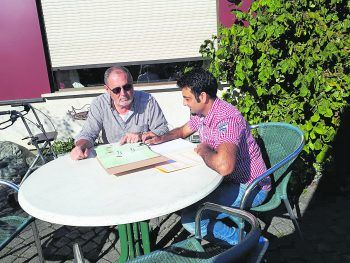 """<p class=""""caption"""">Lauras Vater half Qamar beim Lehrstoff für die Berufsschule. Im Gegenzug half Qamar bei der Familie aus.</p>"""