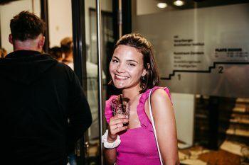 """""""Leute treffen""""             """"Freude haben und Leute zu treffen – das hat mir am meisten gefehlt. Jetzt wird gefeiert. Erst in Dornbirn – unter anderem in der Vakanz – dann in Wien. Angst vor einer Ansteckung habe ich nicht, denn ich bin getestet und geimpft."""" Nina Moranduzzo, 22 Jahre, Möggers"""