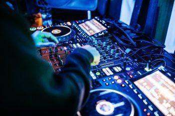 """<p class=""""caption"""">Links: Die DJs sind wieder im Einsatz.</p>"""