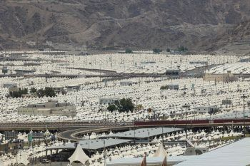 <p>Mekka. Zeltstadt: Gestern begann der diesjährige Hadsch (Hajj) in Saudi-Arabien. Dafür wurde auch diese Zeltstadt errichtet. Teilnehmen dürfen heuer nur vollständig geimpfte Einheimische. Muslime aus Übersee müssen ein Jahr aussetzen.</p>