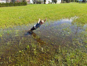 """Niclas: """"Der Regen hat uns einen eigenen Pool gemacht. Wir hatten einen riesen Spaß!"""" Fotos: privat"""