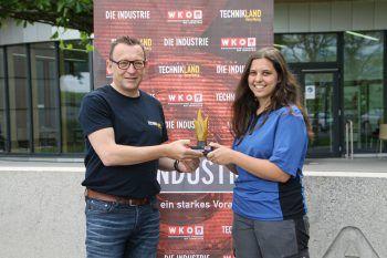 """<p class=""""caption"""">Nicole Schweighofer (Firma Alpla) bekam ihre Auszeichnung von Udo Filzmaier.</p>"""