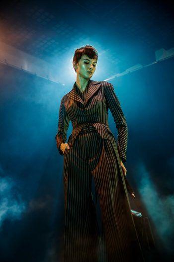 Paris. Stylisch: Ein Model trägt eine von Videospielen inspirierte Kreation des französischen Designers Julien Fournie im Rahmen eines Filmdrehs.