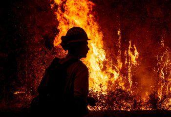 <p>Plumas County. Waldbrände: Im US-Staat Oregon wütet noch immer der aktuell größte Waldbrand des Landes. Die Feuerwehr verzeichnete allerdings Fortschritte bei der Bekämpfung der Flammen. Das Bootleg-Feuer hat bis Freitag mehr als 1600 Quadratkilometer Fläche verwüstet. Rund 70 Wohnhäuser wurden zwischenzeitlich ein Raub der Flammen. Fotos: AFP, AP, APA</p>