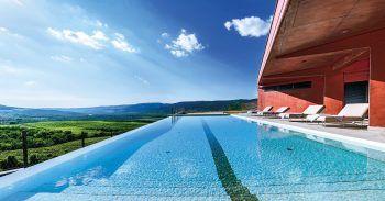 """<p class=""""title"""">               Roxanich Wine & Heritage Hotel****             </p><p>Das Wein-Resort ist perfekt für Feinschmecker und liegt in der Nähe des Örtchens Motovun. Ein Highlight ist der Infinity-Pool mit der atemberaubenden Aussicht auf die umliegende Landschaft. Eine Woche inklusive Flug, Flughafenparkplatz, Doppelzimmer Superior Monte und Halbpension gibt es am 31. Juli, 7., 14. und 21. August ab 920 Euro pro Person.</p><p/>"""