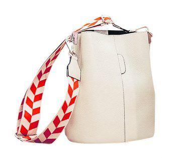 """<p class=""""caption"""">Sollte etwas mehr in die Handtasche passen, empfiehlt Vanessa die Leder-Tasche von Stilvoll um 99 Euro.</p>"""