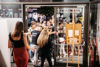 """<p class=""""caption"""">Wartenschlange vor dem Club Vakanz und große Vorfreude bei den Gästen, dass wieder gefeiert werden darf.</p>"""