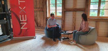 """<p class=""""caption"""">aha-Youth-Reporter Lucas Ammann im Gespräch mit Praktikums-Kollegin Marielle.</p>"""