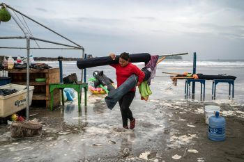 """<p>Boca del Rio. Besorgt: Eine Frau schafft Schirme vom Strand, während sich Hurricane """"Grace"""" der mexikanischen Küste nähert.</p>"""