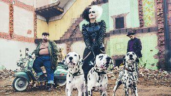 CruellaDisney+, Film, Abenteuer. Inmitten der Punkrock-Revolution in London versucht sich die Trickbetrügerin Estella (Emma Stone) mit kreativen Looks einen Namen zu machen – und wird dabei zur gefürchteten und rachsüchtigen Cruella de Vil. Ab sofort.
