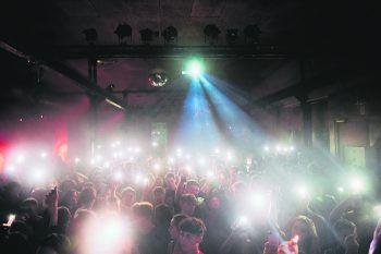 """<p class=""""caption"""">Das Pre-Roll Event am Freitag im Conrad Sohm steht in Sachen Stimmung dem Backwood Festival im Dezember in nichts nach. Fotos: handout/drippin'</p>"""