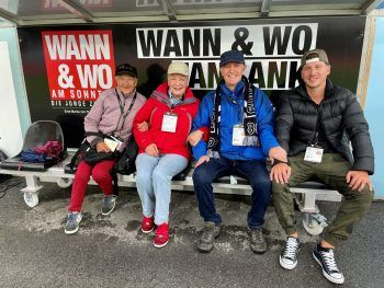 """<p class=""""caption"""">Der beste Platz im Stadion – die WANN & WO-Fanbank am Spielfeldrand. Foto: Lutz</p>"""