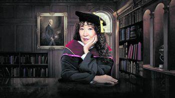 """Die ProfessorinNetflix, Serie, Comedy. An einer angesehenen Universität hat Dr. Ji-Yoon Kim (Sandra Oh) als erste Woman of Color einen Lehrstuhl inne und versucht, den hohen Erwartungen der Englisch-Fakultät zu genügen. Von den """"Game of Thrones""""-Machern D.B. Weiss und David Benioff. Ab sofort."""