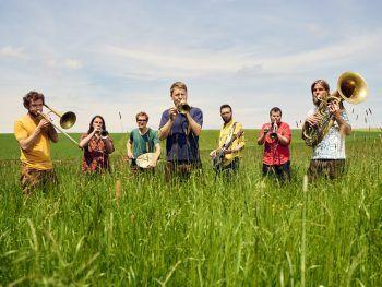 """<p class=""""caption"""">Die sieben Energiebündel stehen am 27. August in traditionellen Lederhosen und barfuß auf der Bühne. Tickets für das Konzert von LaBrassBanda gibt es unter www.oeticket.com.</p>"""