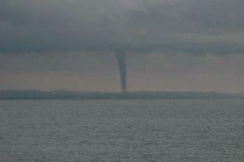 """<p class=""""caption"""">Ein spektakulärer und gleichzeitig beängstigender Anblick: eine Windhose am Bodensee. Extremwetterereignisse werden in Zukunft zunehmen.</p>"""