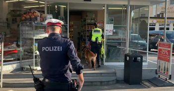 Im und um den Supermarkt kamen Spürhunde der Polizei zum Einsatz.Fotos: VOL Live/Haller