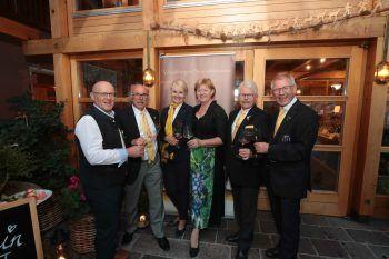 Gründungsmitglieder Horst Jurovic, Pepi Neubauer, Ingrid Rieder, Peter Schedler, Willi Hirsch und Peter Schedler mit Gastgeberin Gertrud Tschohl (4.v.li).