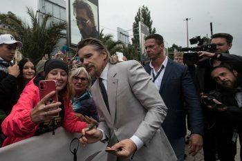 """<p>Karlovy Vary. Selfie: Ethan Hawke stellt sich den Fans bei der Premiere des Films """"First Reformed"""" auf dem 55. Karlovy Vary International Film Festival in Tschechien für ein Foto zu Verfügung.</p>"""