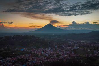 Karo. Aktiv: Über dem Vulkan Mount Sinabung in Nord-Sumatra steigt eine Rauchwolke auf.