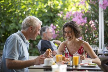 """<p class=""""title"""">               Kulinarische Genüsse             </p><p>Im Restaurant und auf den großen Außenterrassen wird man zum kulinarischen Genießen eingeladen. Die erweiterte Halbpension beinhaltet Frühstücks- und Abendbuffets sowie von Montag bis Sonntag ein inkludiertes Mittagsangebot.</p>"""