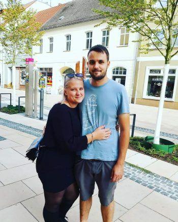 """<p class=""""caption"""">Lea mit Florian: """"Seit acht Jahren gehen wir gemeinsam durch dick und dünn. Du bist mein allerliebster Lieblingsmensch. Ich liebe dich!""""</p>"""