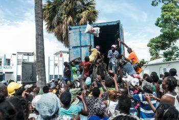 <p>Les Cayes. Dramatisch: Ein Mann wirft einen Sack Reis in die Menschenmenge, die sich verzweifelt um den Lastwagen drängt, von dem aus sie Wasser und Lebensmittel erhalten sollen. Eine Woche zuvor hatte ein starkes Erdbeben Haiti erschüttert, etwa 2200 Menschen starben, viele verloren ihr ganzes Hab und Gut.</p>