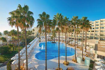 """<p class=""""title"""">               Mallorca             </p><p>Wohl die bekannteste Ferieninsel in Europa. Kein Wunder – traumhafte lange Strände im Osten, kleine Buchten im Süden und eine atemberaubende Steilküste im Norden, dazu ein malerisches Hinterland und viele Orte mit sehr guter touristischer Infrastruktur. Egal ob ruhiges Fincahotel, abwechslungsreiche Familienferien oder Zeit zu zweit in einem Adults-Only-Hotel - hier findet jeder seinen Platz. Und wer seine Liege am Strand verlässt, wird eine wundervolle Insel entdecken. Hoteltipp Hipotels Mediterraneo****: Erwachsenen-Hotel in idealer Lage an der feinsandigen breiten Bucht von Sa Coma. Eine Woche zum Beispiel vom 23. August inklusive Flug, Flughafenparkplatz und Frühstück ab 999 Euro pro Person.</p><p/>"""