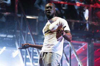 <p>Reading. Lautstark: Grime-Rapper Stormzy performt auf dem britischen Reading Music Festival. Fotos: AFP, AP</p>