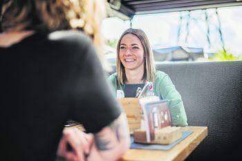 "<p class=""caption"">Redakteurin Anja traf Bettina zum Kaffee – ohne Sportkleidung. Fotos: Sams</p>"