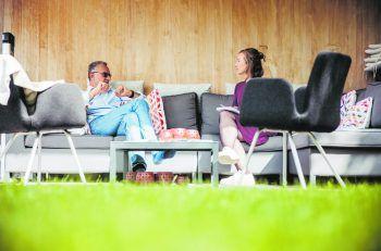 "<p class=""caption"">Redakteurin Anja traf Corona-Experte Dr. Armin Fidler in seinem Garten.</p>"
