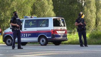 Schwer bewaffnete Polizeieinheiten, Hubschrauber und Drohnen suchten gestern nach dem bei Redaktionsschluss noch flüchtigen Täter.