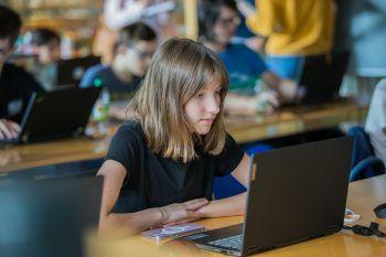 Volle Konzentration: Beim Code Base Camp konnte Maya viel über das Programmieren lernen. Fotos: Steurer